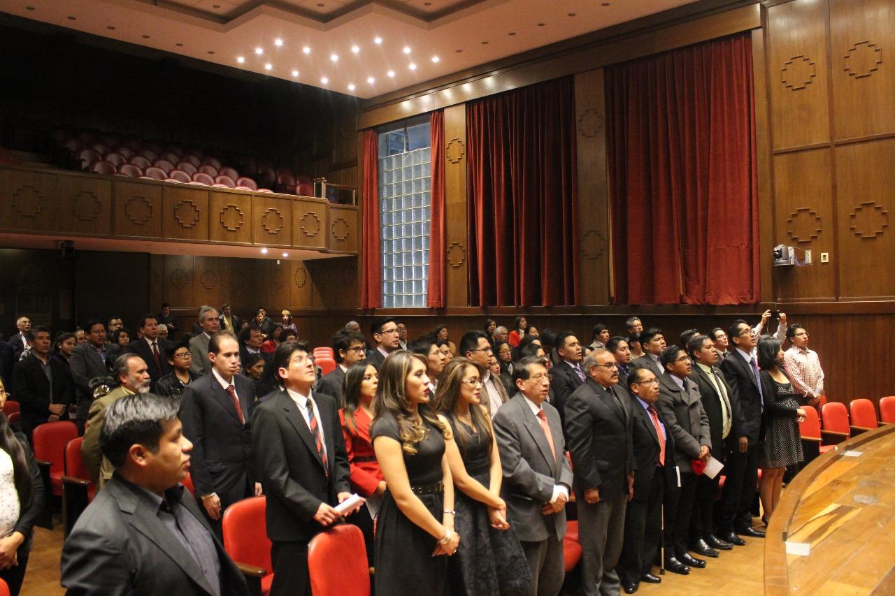 Asistentes en el paraninfo de la UMSA durante la entonación del himno a La Paz